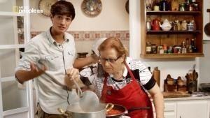 Il cocco di nonna cucina dei deliziosi gnocchi foto